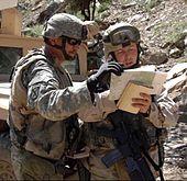 Soldati nel sud-est dell'Afghanistan controllano le loro coordinate durante un pattugliamento