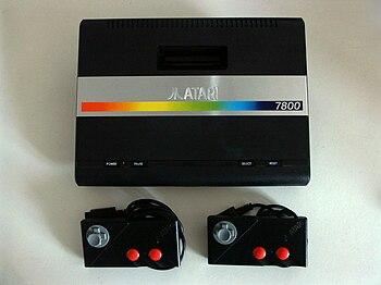 Français : Une Atari 7800 et ses manettes.