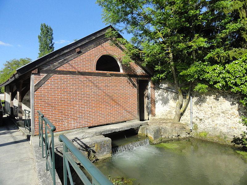 Le lavoir d'Avenay-Val-d'Or (Marne, France), sur un bras de la Livre.