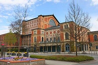 Bayreuth Festspielhaus Seite.JPG