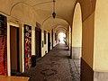 Benátky nad Jizerou, Husovo náměstí, podloubí.jpg