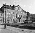Berzsenyi Dániel tér, a Megyeháza épülete, előtte Berzsenyi Dániel szobra (Kiss György, 1896.) Fortepan 58407.jpg