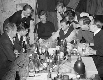 Bengt Lindroos - The writers of Blandaren, a student humour magazine from the Royal Institute of Technology, in 1943 with Lindroos as the third from the left.