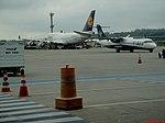 Boeing 747 da Lufthansa (D-ABVO) e ATR 72-600 da Azul (PR-AQG) vistos no pátio do Terminal de passageiros 4 (TPS-4) no Aeroporto Internacional de São Paulo-Guarulhos (SBGR-GRU) - panoramio.jpg