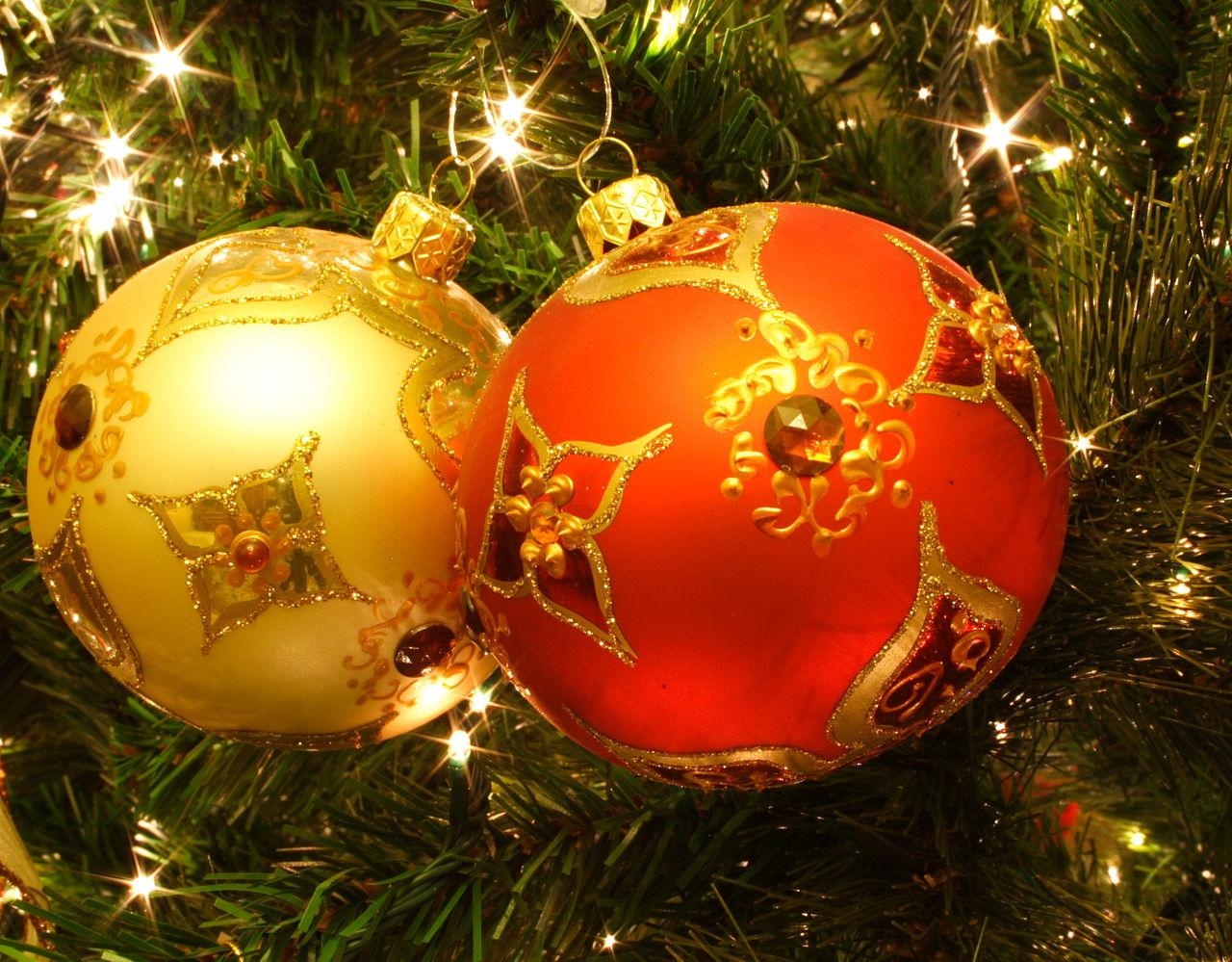 Boules décorées dans un sapin