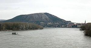 Braunsberg von Westen, davor die Donau