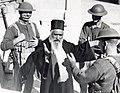 """Britse militair en Joodse inwoner van Jeruzalem in """"gesprek"""", waarbij ze zich met hun handen verstaanbaar moeten maken. 1938. Israël (SFA002004838).jpg"""