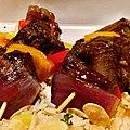 Brochettes de bœuf marinées, oignons rouges, poivrons, sauce Yakitori, et son riz Madras.jpg