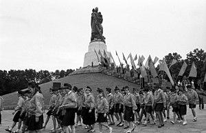 Soviet War Memorial (Treptower Park) - Kranzniederlegung durch Leninpioniere, Komsomolzen und Thälmannpioniere, Juli 1989.