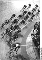 Bundesarchiv Bild 183-1989-1008-002, Berlin, Bahnradrennen, Rennfeld.jpg