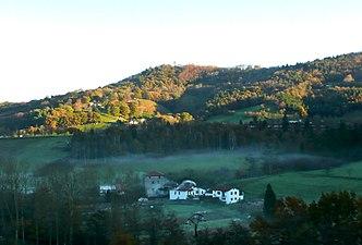 Caserios al amanecer en las faldas de Peñas de Aia.jpg