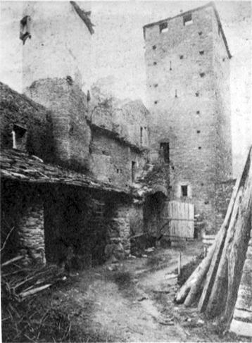 File:Castello di Fenis, interno della lizza, fig 132, foto Nigra.tif