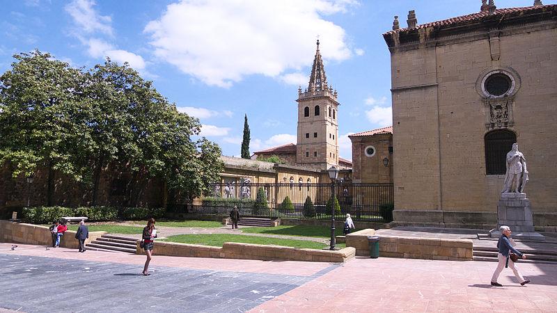 File:Catedral y Plaza de Alfonso II.jpg