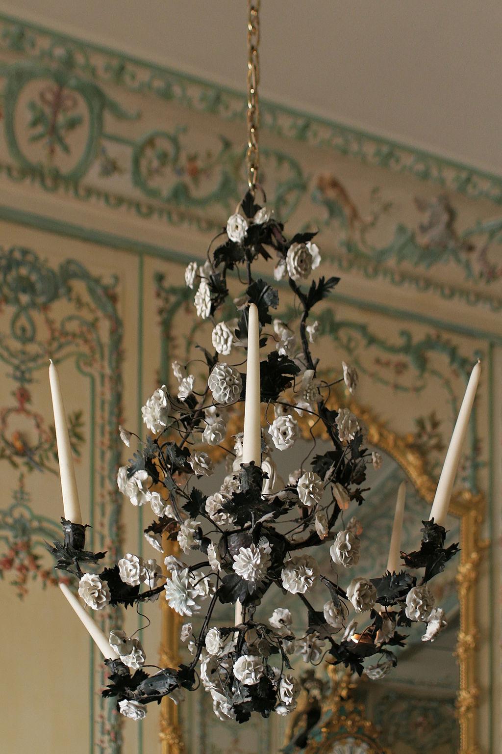 Château de Versailles, appartements de la Dauphine, cabinet intérieur, lustre 01.jpg