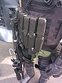 Chaleco táctico (parte frontal) con municiones de Agentes Químicos Lacrimogenos para dispersar multitudes (U.C.M.) Policía Nacional de Panamá (2011).jpg