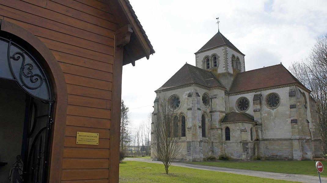 Au premier plan, la Chapelle Notre Dame du Bonsecours et au second plan l'église du XIIe et XIIIe siècle, Boult sur Suippe.