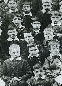 Charles Chaplin (centro) a la edad de 7 años.