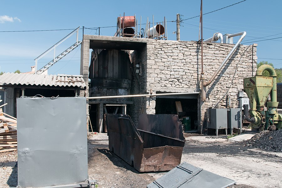 The air condenser on the roof seems rudimentary but it is enough for the oils with a high vaporization point. The settling takes place in the foreground gray tank.