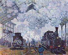 Locomotive émergeant de la fumée qui noie les immeubles du fond