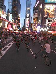 Ciclistas em um evento Critical Mass através da Times Square na Cidade de Nova Iorque durante o 30 de julho de 2004