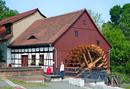 Spreewehrmühle, bestehend aus Mühlengebäude mit Wasserrad und Mühlentechnik, fünf Wehrpfeilern des historischen Spreewehrs und Kranwinde