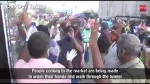 Plik:Covid-19 w Indiach – Rynek w Tiruppur w TN tworzy tunel dezynfekcyjny dla klientów.webm