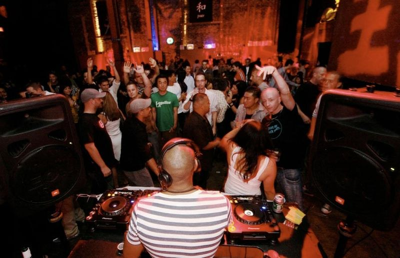File:DJ Silky, playing at Incognito in Los Angeles..jpg