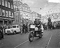 Dam tot Dam race , eerste dag, motorrijder met passagier, AVRO te Hilversum, Bestanddeelnr 910-6143.jpg
