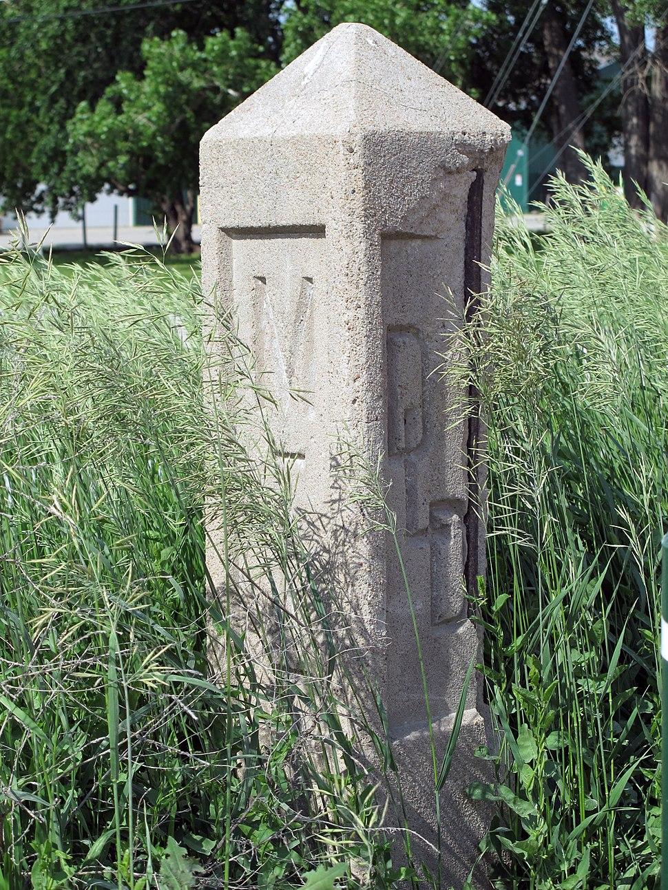Detroit-Lincoln-Denver Highway monument (from SW), Lincoln, Nebraska, USA