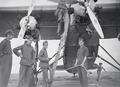 ETH-BIB-Detailaufnahme Cartagena- Spanische Soldaten helfen uns auftanken-Tschadseeflug 1930-31-LBS MH02-08-0164.tif