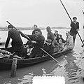 Evacuees worden per roeiboot uit Tholen in Halsteren binnengebracht, Bestanddeelnr 905-5208.jpg