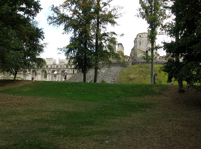 Fère-en-Tardenois (Aisne, France) - Arrivée sur le site du château, dont on aperçoit la silhouette entre les arbres.