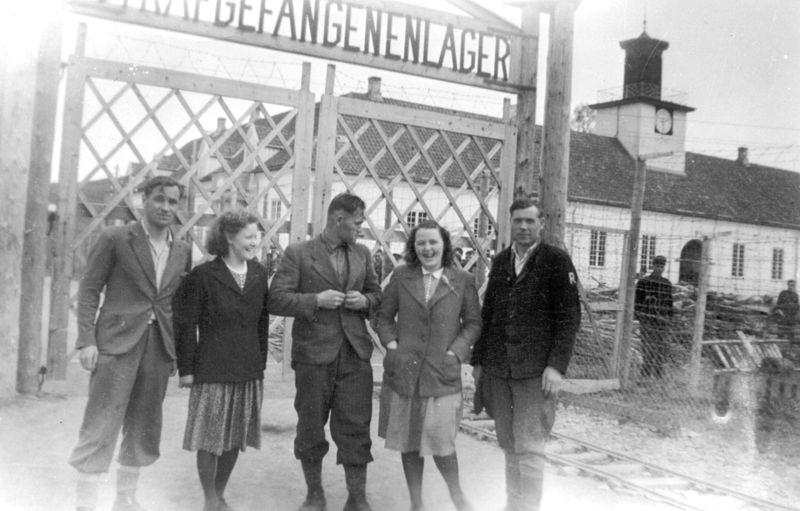 File:Fanger og lokalbefolkning ved Falstad (1945) - Prisoners and local people at Falstad (1945) (5319910944).jpg