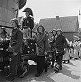 Feesten en kermis te Volendam. De mannen van de reddingsbrigade in de stoet, Bestanddeelnr 900-5450.jpg