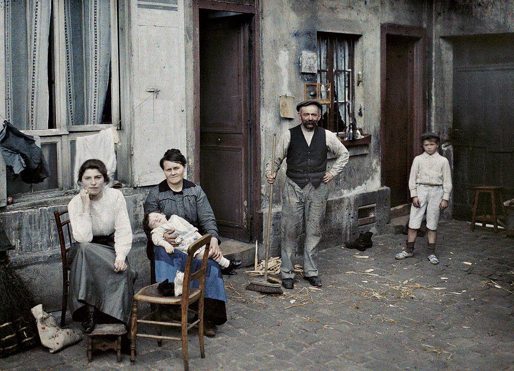 file family in the rue du pot de fer jpg wikimedia commons