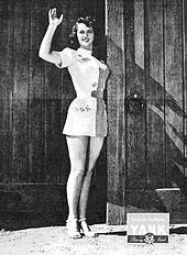 L'attrice statunitense Frances Rafferty indossa un corto miniabito in questa copertina del settimanale Yank, the Army Weekly del 12 ottobre 1945. La rivista, in cui spesso comparivano pin-up in abiti minimali, era pubblicata dall'United States Armed Forces ed era destinata alla distribuzione tra le truppe che combattevano nella seconda Guerra Mondiale.