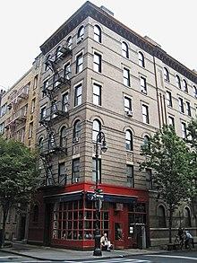 L'edificio del Greenwich Village usato come ambientazione per il Central Perk (in basso) e gli appartamenti di Monica, Rachel, Chandler e Joey (in alto).