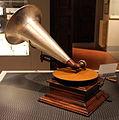 Grammofono del 1905, museo caruso 01.JPG