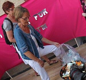 Money burning - Gudrun Schyman sets fire to money