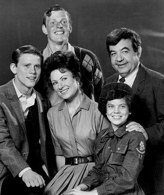 Gavan O'Herlihy - Cast of Happy Days (1974). Back, L-R: Gavan O'Herlihy, Tom Bosley. Front: Ron Howard, Marion Ross, and Erin Moran