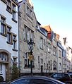 "Haus Sonderburgstraße 40 mit Gaslaterne ""Alt Düsseldorf"", Haus Nr 36, 34, 32, ff. , Düsseldorf-Oberkassel.jpg"