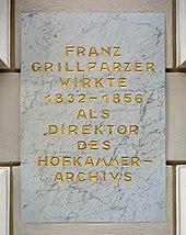 Inschrift am ehemaligen Hofkammerarchiv und jetzigen Literaturmuseum der Österreichischen Nationalbibliothek in der Johannesgasse 6 (Quelle: Wikimedia)