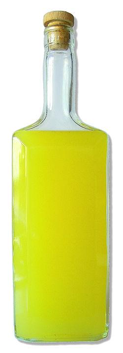 Una bottiglia di limoncello fatto in casa