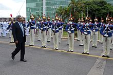 GOTABAYA RAJAPAKSA - Page 3 220px-Honras_militares_ao_secret%C3%A1rio_de_Defesa_e_Desenvolvimento_Urbano_do_Sri_Lanka%2C_Gotabaya_Rajapaksa._%2811969098865%29