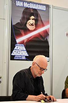 L'attore scozzese Ian McDiarmid (nella foto mentre firma autografi) ha interpretato il personaggio di Palpatine.