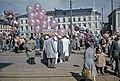 Ilmapallojen myyjiä ja ihmisiä Kauppatorin vapputorilla - D7214 - hkm.HKMS000005-km0000n7ut.jpg
