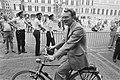 Janmaat (Centrumpartij) arriveert per fiets op het Binnenhof, Bestanddeelnr 932-3283.jpg