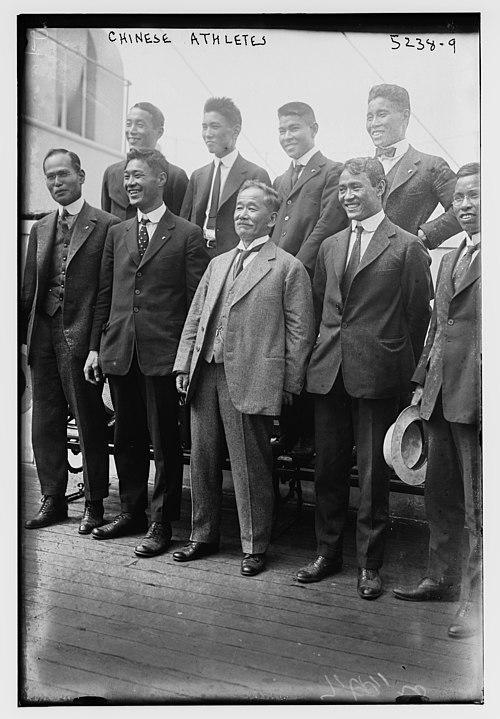1920年アントワープオリンピックの選手たちと(前列中央)。その左は茂木善作、後列右端に金栗四三 Wikipediaより