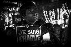 Manifestant tenant une pancarte «Je suis Charlie».