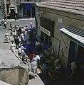 Jeruzalem Toegang tot een smalle marktstraat met winkels en winkelend publiek g, Bestanddeelnr 255-9284.jpg